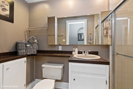 20_2043-W-Farwell-Ave_Unit-1W_9_2nd-Bathroom_Web